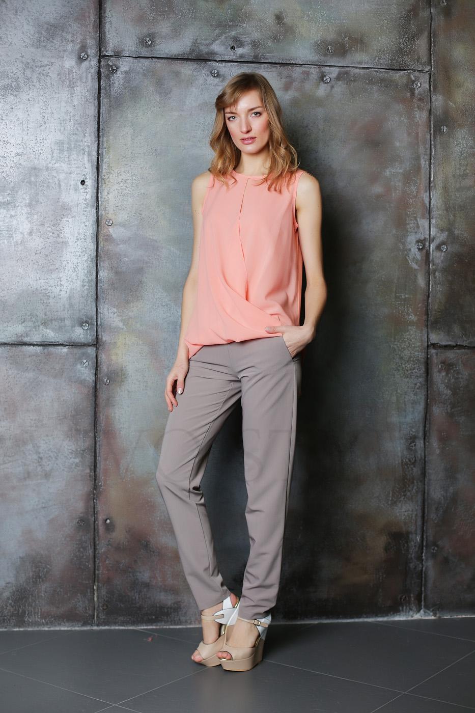 Женская блуза с окантовкой по горловине и пройме