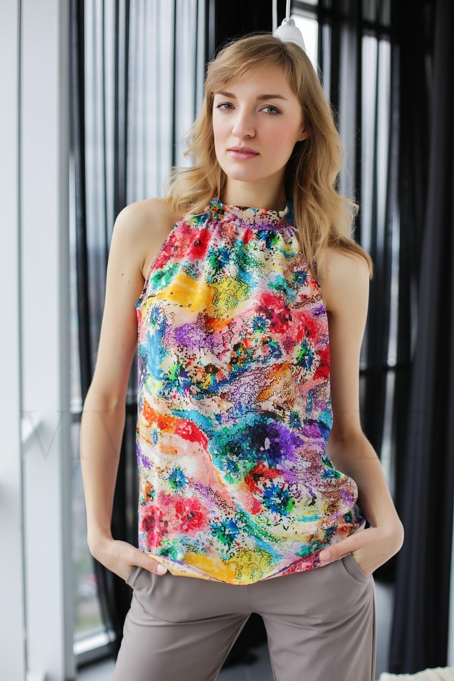 Молодежная блуза из ткани с ярким принтом