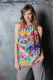 Молодежная блуза из ткани с ярким принтом 10532-1