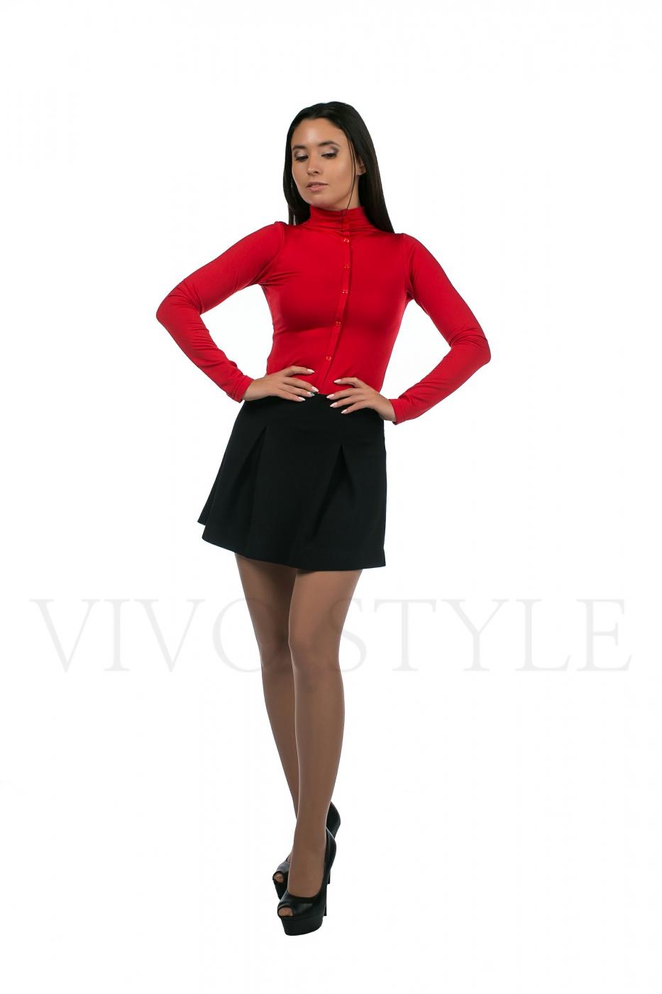 красная блуза с пуговицами