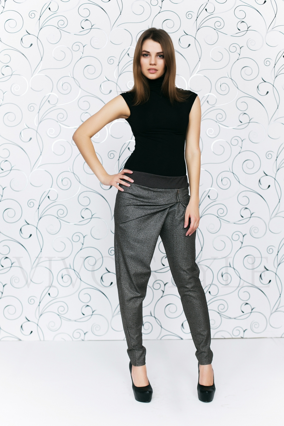 Оригинальные серые брюки с драпировкой