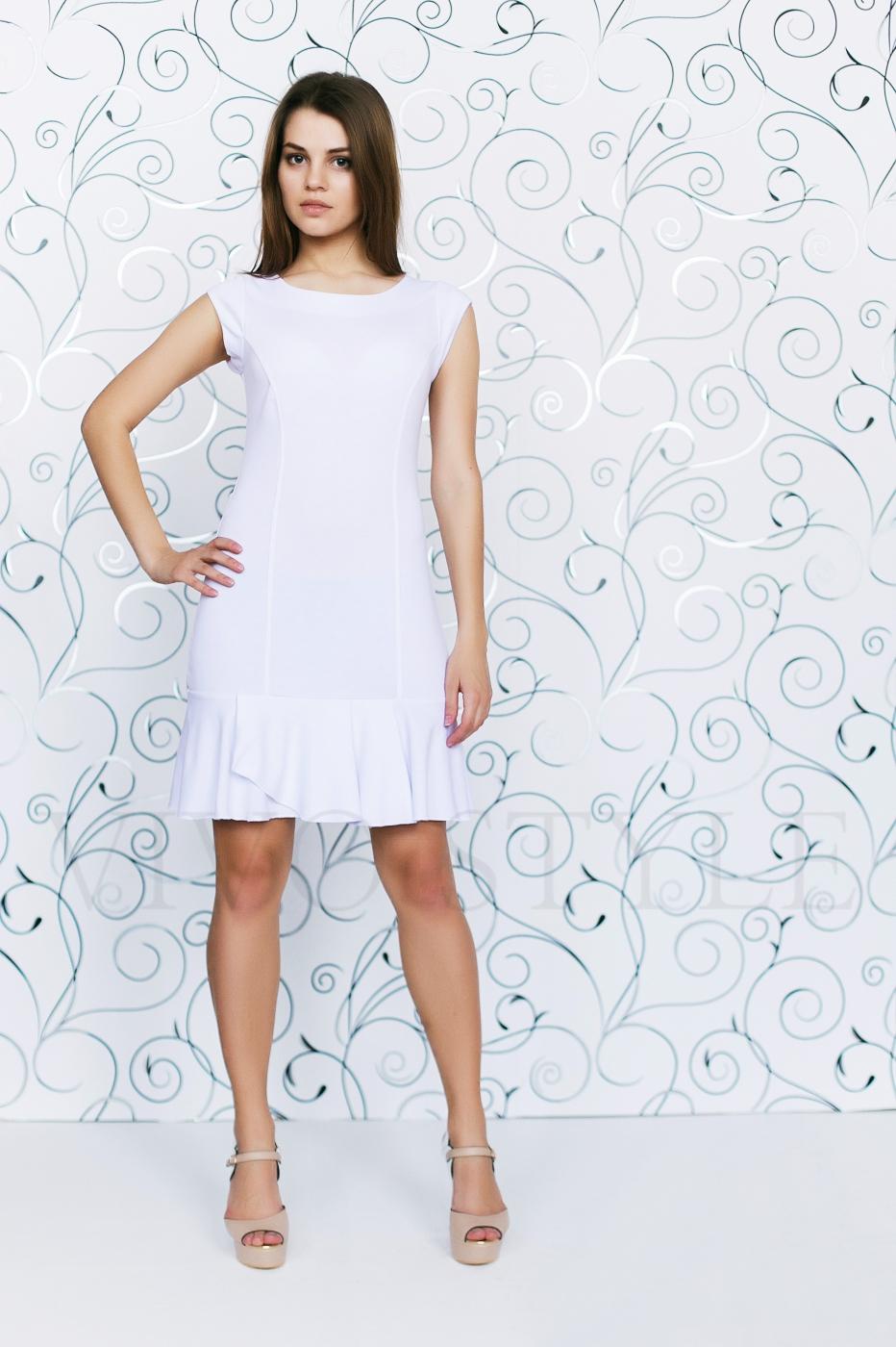 Платье с глубоким вырезом по спинке