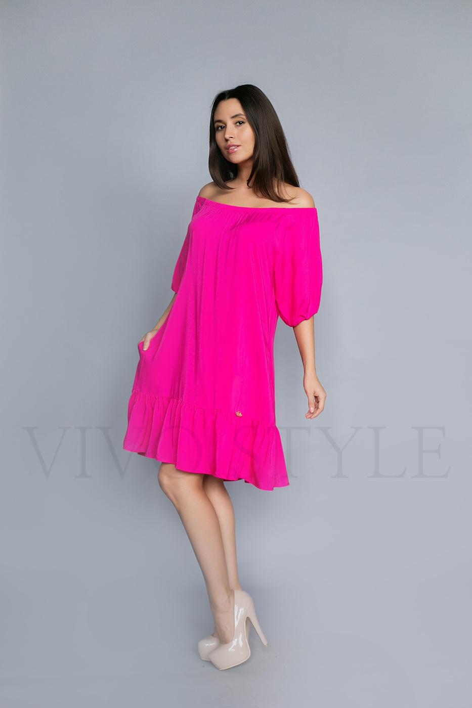 Женское платье с оголенными плечами