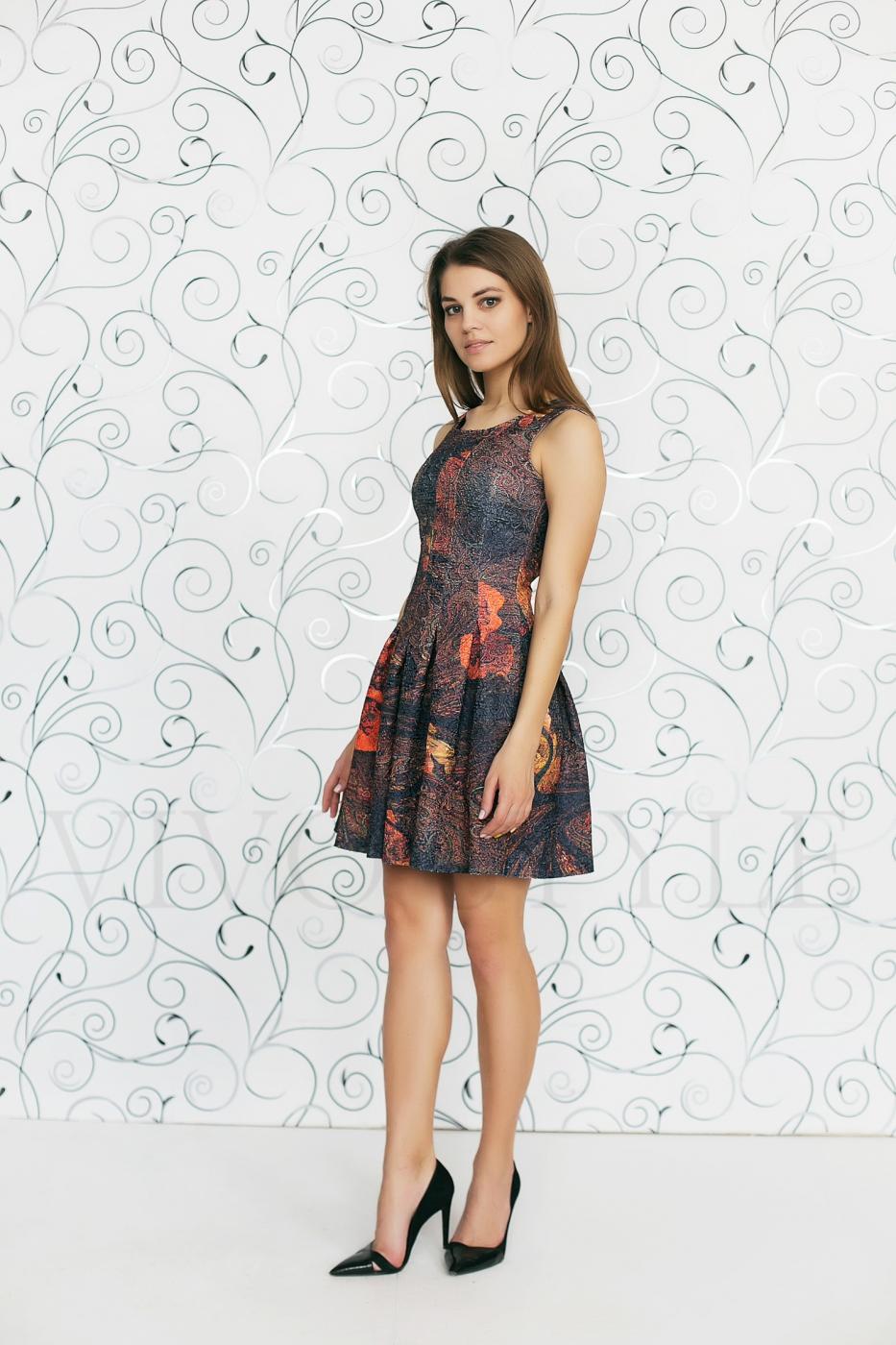 Молодежное платье из фактурной ткани