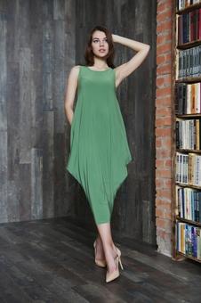 Объемное женское платье с овальной горловиной 20598-2