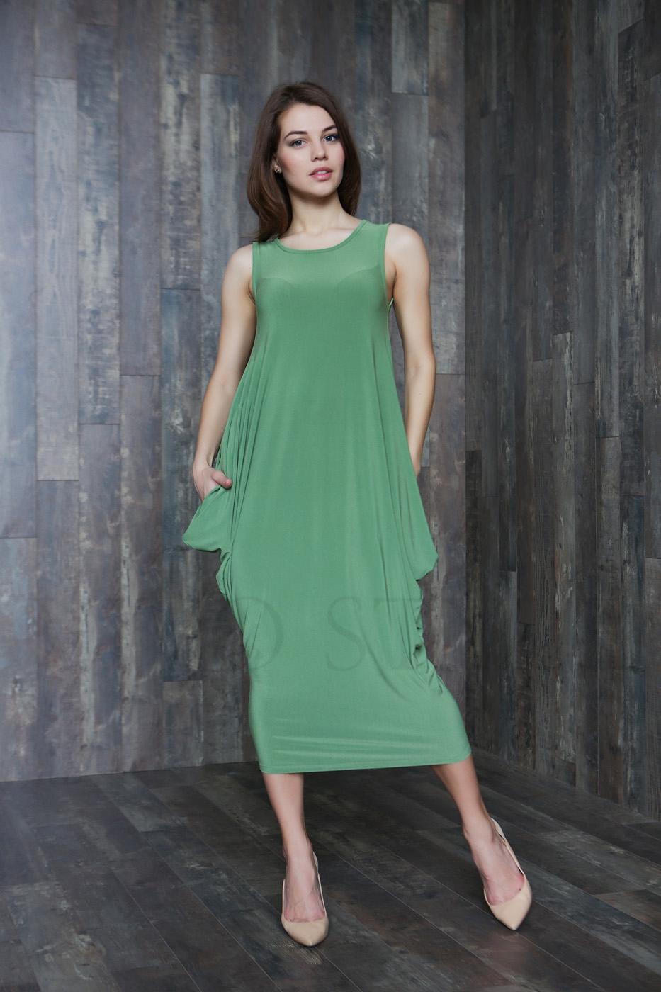 Объемное женское платье с овальной горловиной