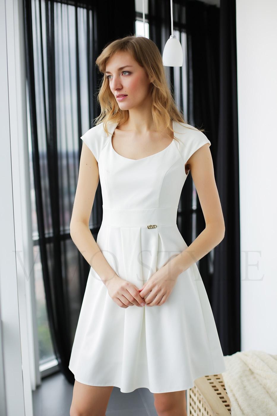 Нежное женское платье с фигурной горловиной