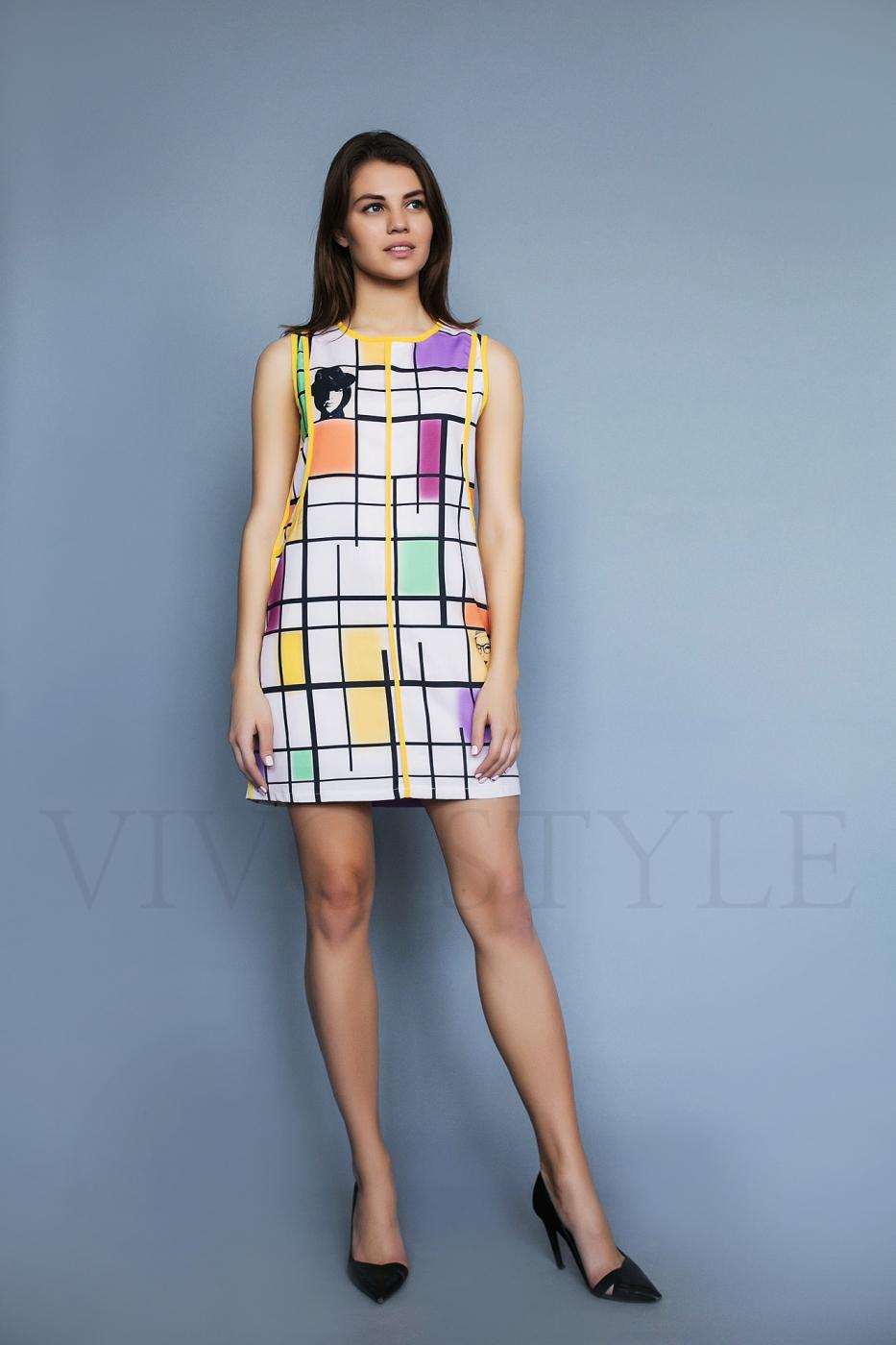 Женское короткое платье с окантовкой