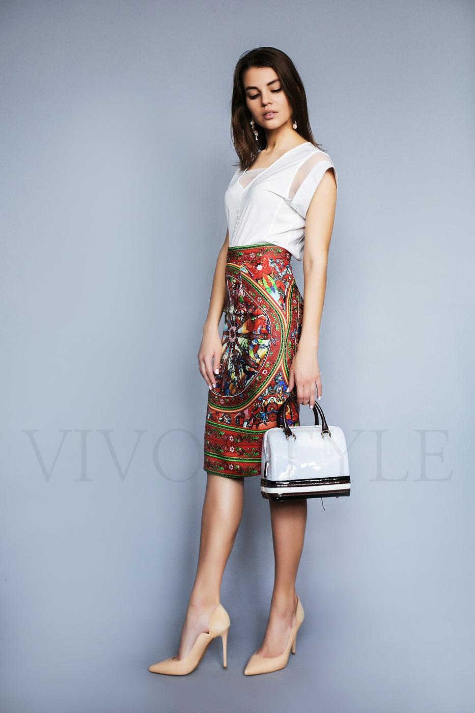 женское платье с красочным рисунком